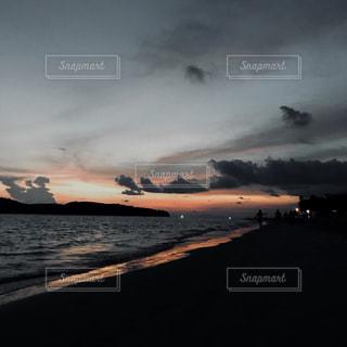 水の体に沈む夕日の写真・画像素材[1386028]
