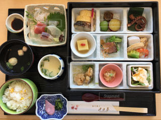 テーブルの上に食べ物の種類の束の写真・画像素材[1465250]