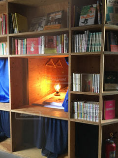 本棚は本でいっぱいの写真・画像素材[1560460]