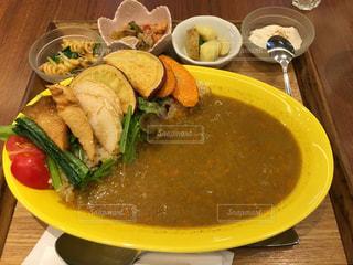 板の上に食べ物のボウルの写真・画像素材[1642889]