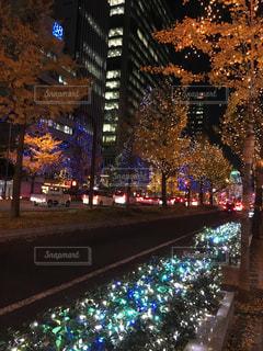 夜のトラフィックでいっぱい街の通りのビューの写真・画像素材[1680619]