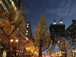 街の通りは夜のトラフィックでいっぱいの写真・画像素材[1680621]