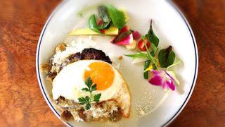 テーブルの上に食べ物のプレートの写真・画像素材[738034]