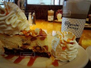 近くに皿の上のケーキのスライスのアップの写真・画像素材[807514]