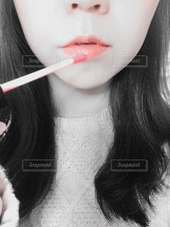 近くに彼女の歯を磨く女性のアップの写真・画像素材[863866]