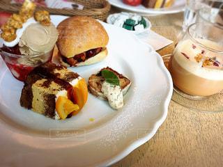 テーブルの上に食べ物のプレートの写真・画像素材[868998]