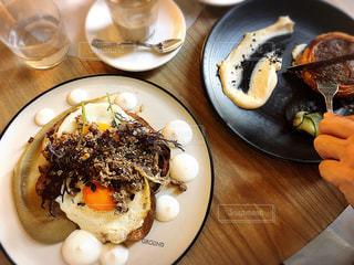 テーブルの上に食べ物のプレートの写真・画像素材[1277988]