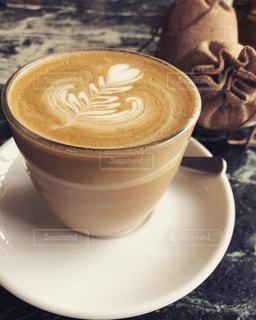 テーブルの上のコーヒー カップの写真・画像素材[1411484]