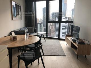 家具と大きな窓で満たされたリビングルームの写真・画像素材[2935565]