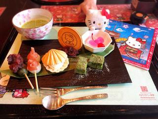 食べ物の皿をテーブルの上に置くの写真・画像素材[2967989]