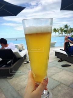飲み物,ネイル,人物,イベント,グラス,ビール,乾杯,リゾート,ドリンク,パーティー,海外旅行,プールサイド,手元