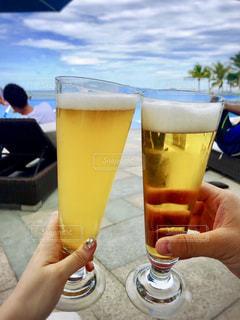 飲み物,カップル,人物,イベント,グラス,ビール,乾杯,ドリンク,パーティー,プールサイド,リゾート地,手元