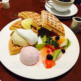 テーブルの上に食べ物の種類トッピング白プレートの写真・画像素材[923028]