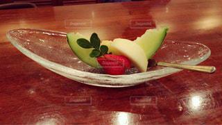 木製のテーブルの上に食べ物のプレートの写真・画像素材[923031]