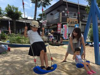 子供の遊び場の前で立っている女の子 - No.727962