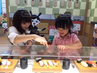 台所で食品を準備する女性 - No.727969