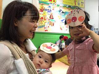 赤ん坊を抱える女性 - No.727979