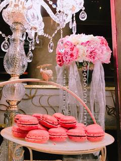 テーブルの上のピンクの花で一杯の花瓶の写真・画像素材[817285]
