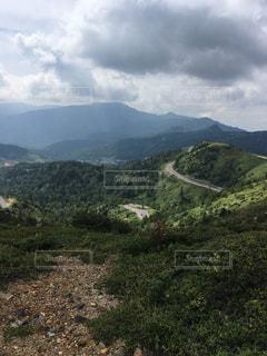 近い背景の山と丘の中腹のアップの写真・画像素材[783802]
