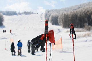 雪に覆われた斜面をスキーに乗っている人のグループの写真・画像素材[957437]