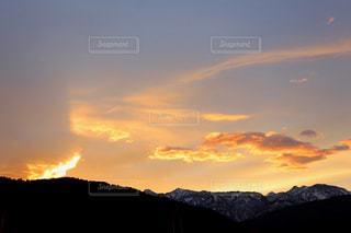 背景の大きな山のビューの写真・画像素材[962479]