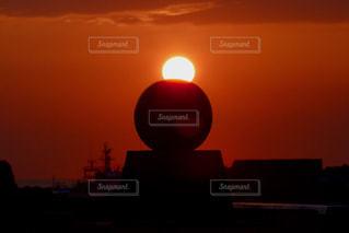 背景にオレンジ色の夕日の写真・画像素材[1211319]