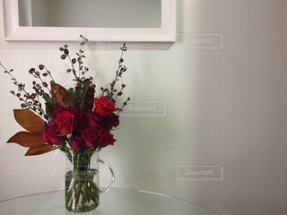 リビング,赤,白,花瓶,バラ,お花,ガラス,鏡,テーブル,壁,シンプル,おしゃれ,清潔,清潔感