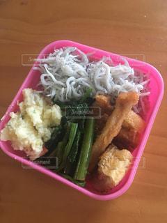肉と野菜の入ったプラスチック容器の写真・画像素材[771586]