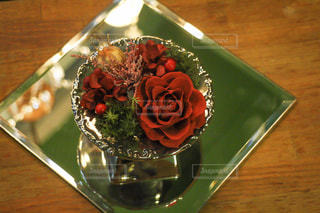 テーブルの上のケーキと木製のまな板の写真・画像素材[953091]
