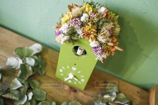 テーブルの上の花の花瓶の写真・画像素材[953096]