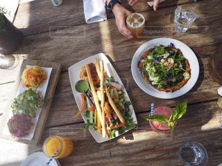 木製のテーブルの上に座って食品の束の写真・画像素材[810460]