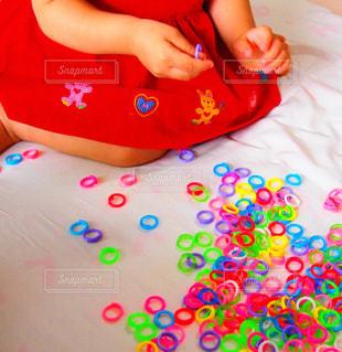 2歳児の女の子が遊んでいるところ。の写真・画像素材[719093]