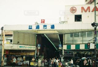 にぎやかな通りを歩いて人々 のグループの写真・画像素材[733936]