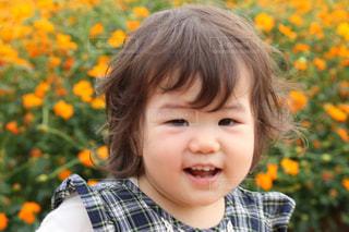 お花畑の前の女の子の写真・画像素材[918470]
