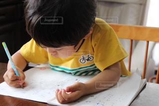 テーブルに座って男の子の写真・画像素材[1300794]