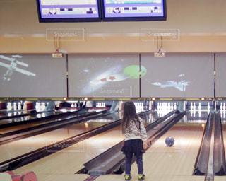ボウリングをしている小学生の女の子の写真・画像素材[1349563]