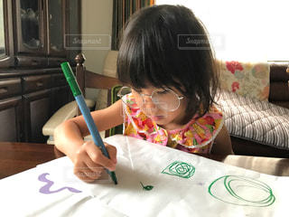 メガネをかけた女の子がお絵かきの写真・画像素材[1380391]