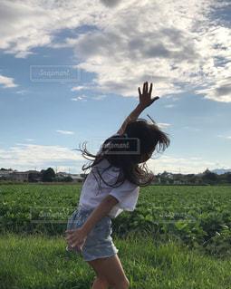 夏の空に向かってジャンプ!の写真・画像素材[1429748]