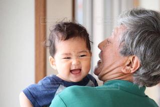 孫を抱っこするおじいちゃんの写真・画像素材[1452227]