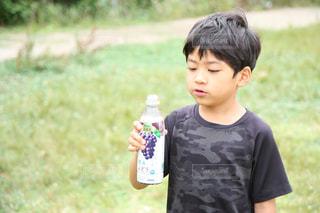 ジュースを飲んでいる男の子の写真・画像素材[2227618]