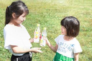 公園でジュースを飲んでる女の子の写真・画像素材[2227666]