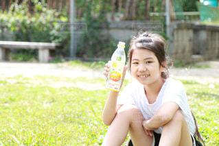 公園でジュースを飲んでいる女の子の写真・画像素材[2227683]