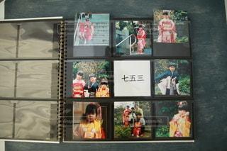 写真を撮るポーズをとる人々のグループの写真・画像素材[2699448]