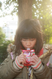 パックゼリーを食べている女の子の写真・画像素材[2702734]