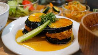 テーブルの上に食べ物のプレートの写真・画像素材[739989]
