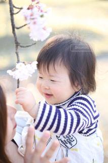 女の子の赤ん坊を保持 - No.768675