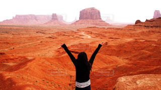 女性,自然,空,絶景,屋外,手,アメリカ,山,オレンジ,観光,人物,人,旅行,砂漠,土,地面,グランドキャニオン,谷,峡谷