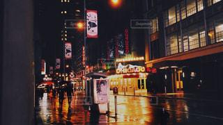 通りを歩いている人々のグループの写真・画像素材[2211805]