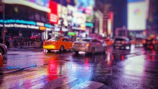 雨の中でにぎやかな街の通りのぼやけたイメージの写真・画像素材[2232144]