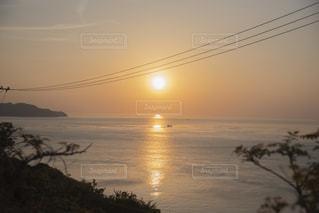 水の体の上の夕日の写真・画像素材[2271809]